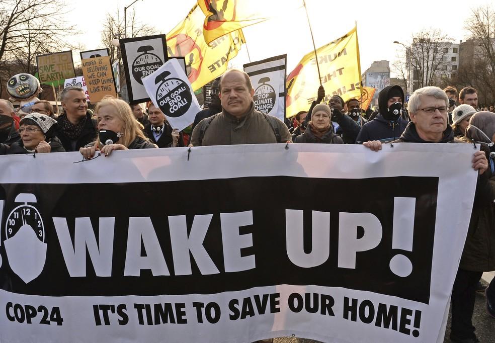 Ativistas na COP 24, em Katowice — Foto: AP Photo/Alik Keplicz