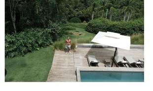 Marcos Mion posa na área externa de sua casa em São Paulo. Ao fundo, a lareira no jardim | Reprodução