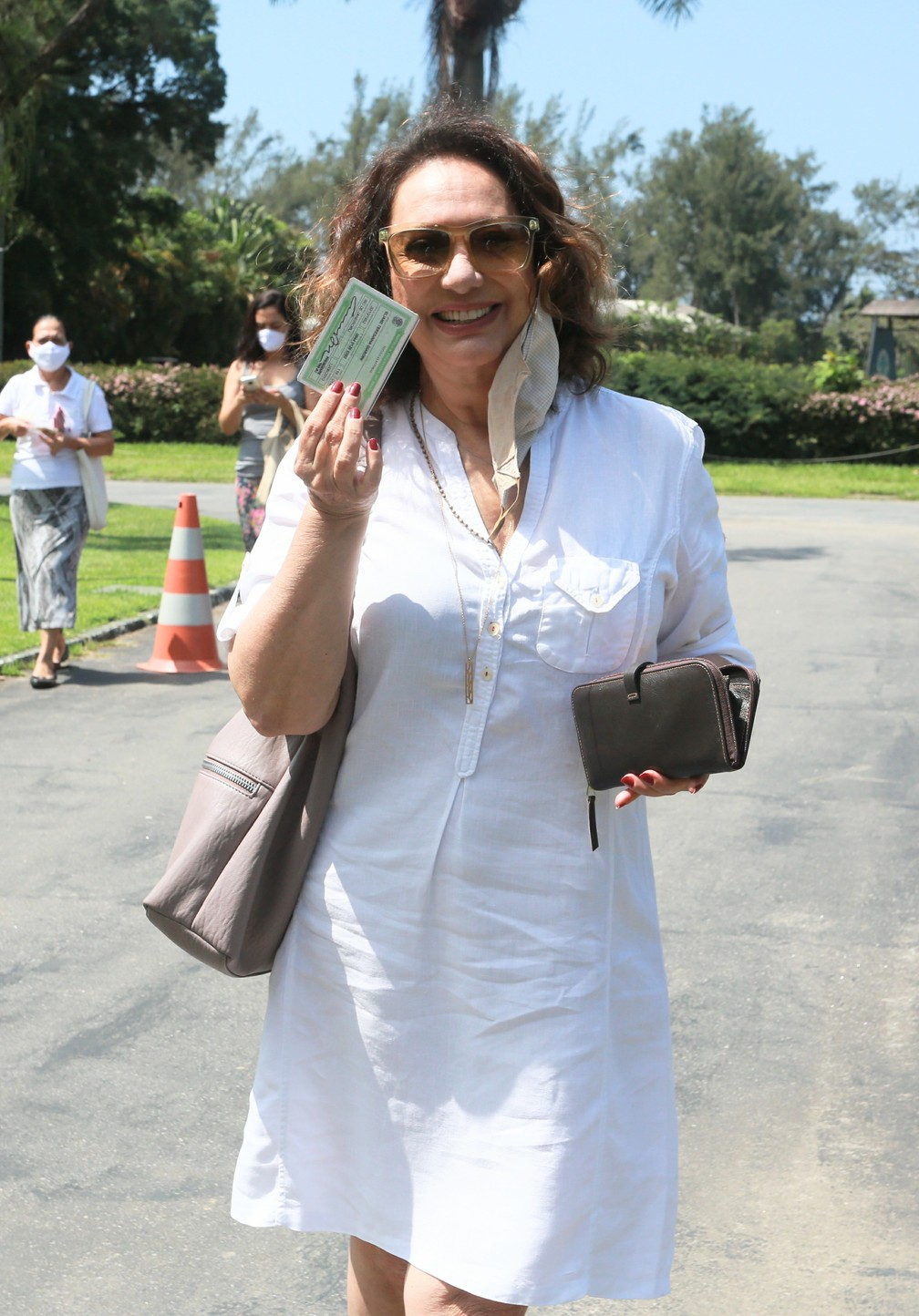 A atriz Eliane Giardini vota no Rio de Janeiro neste domingo (15) — Foto: Dilson Silva/AgNews