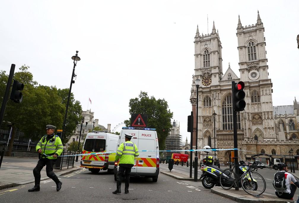 Polícia isola área próxima ao Parlamento britânico, em Londres, onde motorista colidiu com barreira de segurança nesta terça-feira (14) (Foto: Hannah McKay/Reuters)