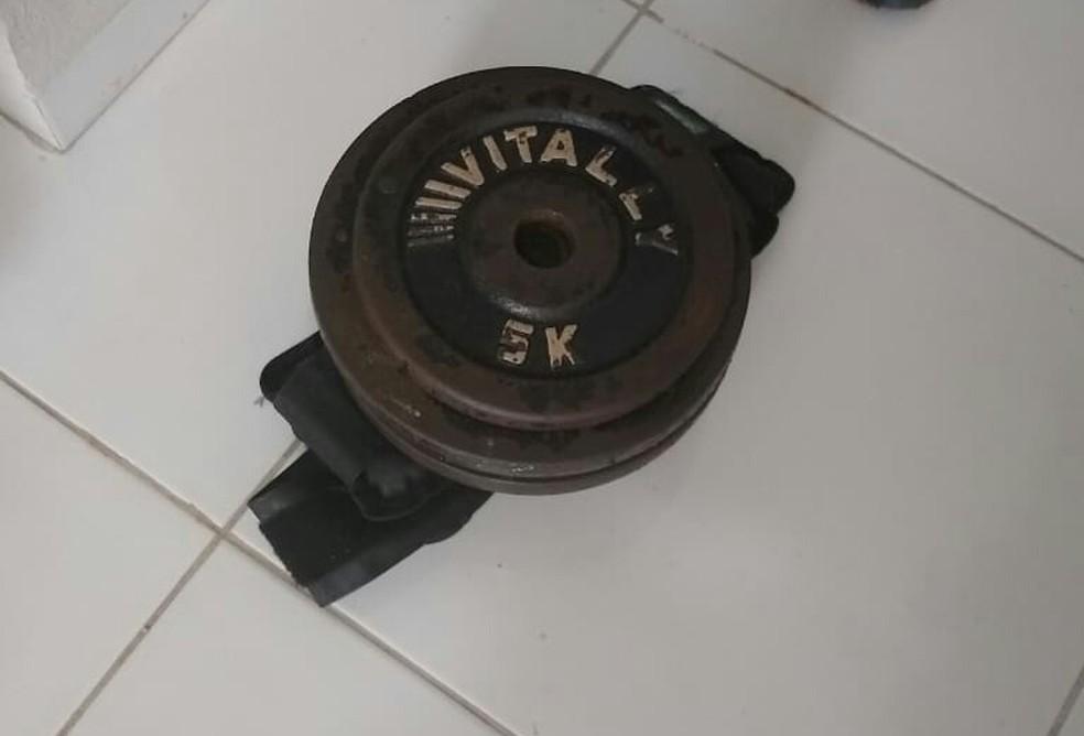 Pesos foram encontrados no local indicado pelo suspeito — Foto: Divulgação/Polícia Militar