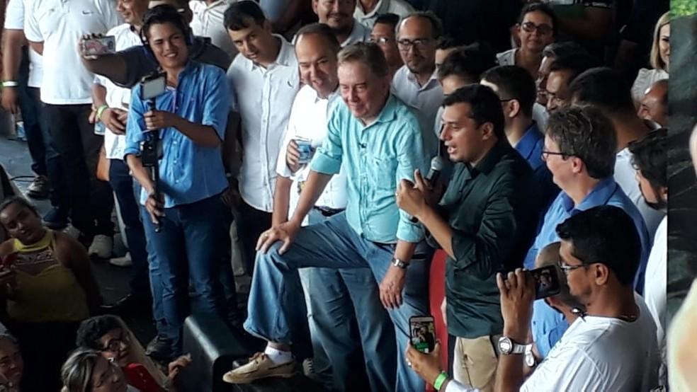 Wilson (com o microfone) confirma candidatura ao governo do AM (Foto: Meike Farias/Rede Amazônica)