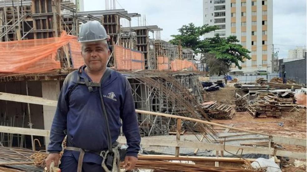 Em 30 anos trabalhando na construção, Abdon não consegue lembrar de uma crise tão ruim quanto a de 2016-2017 — Foto: BBC