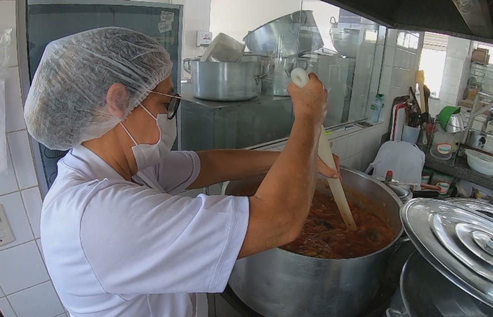 Colaboradores reaproveitam alimentos desperdiçados em Tatuí — Foto: Mike Adas/Tv Tem