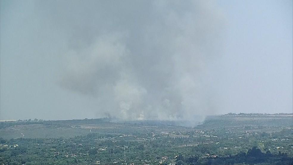 Globocop flagra incêndio no Park Way, no DF, nesta quarta-feira (12) — Foto: TV Globo/Reprodução