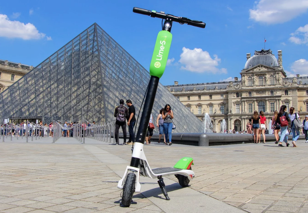 Patinete da Lime, em frente ao Louvre, em Paris. (Foto: Divulgação)