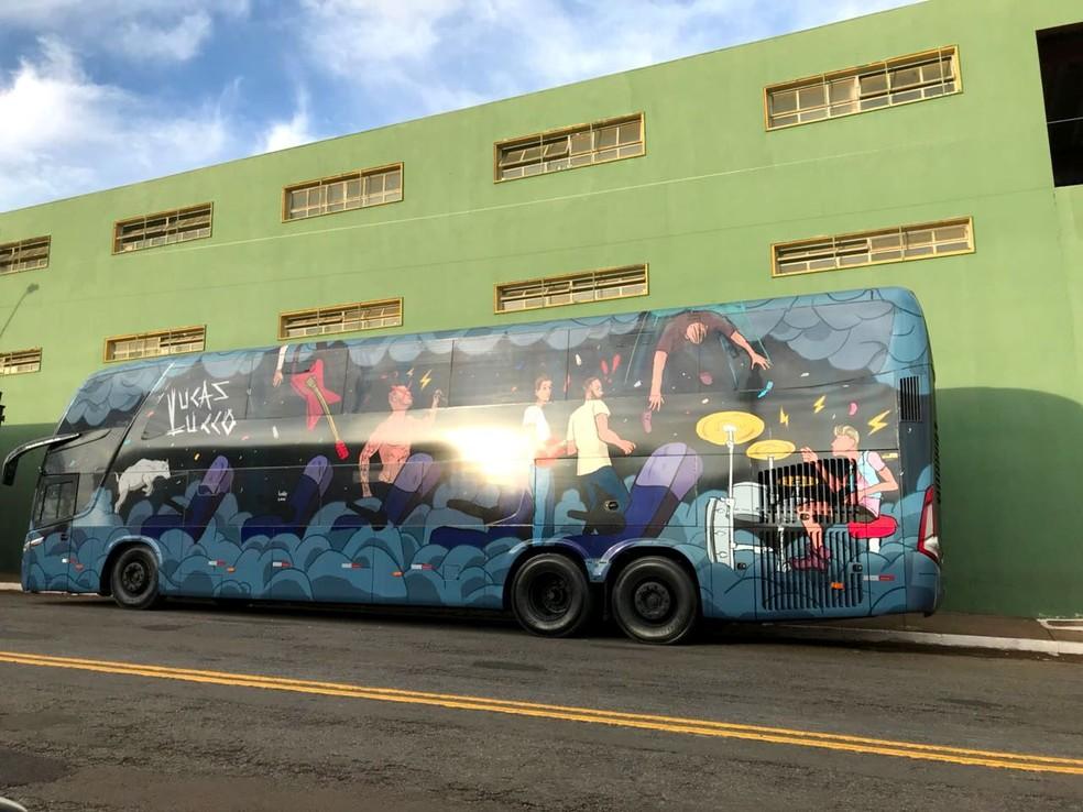 Além do motorista, 18 integrantes da produção do cantor estavam dentro do ônibus no momento do assalto (Foto: Fenamilho/Divulgação)