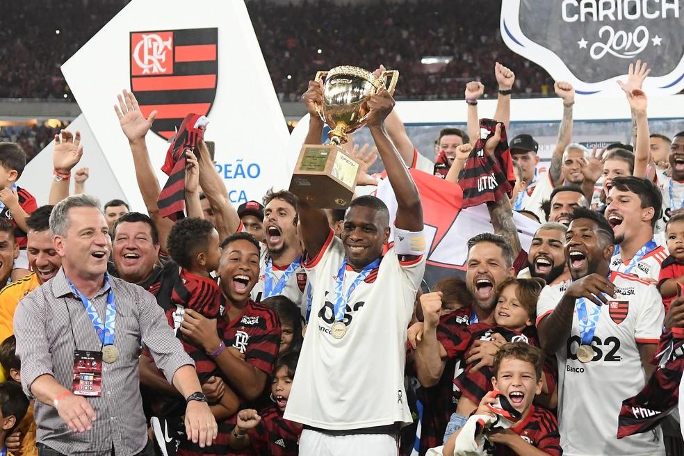 Juan levanta a taça de campeão carioca pelo Flamengo — Foto: André Durão