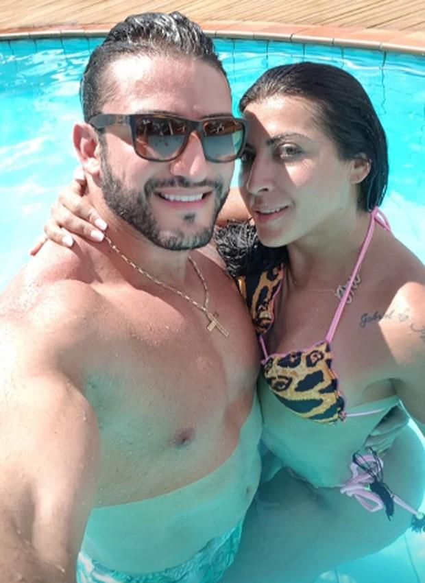 Priscila Pires e o marido, João Reis (Foto: Reprodução/Instagram)