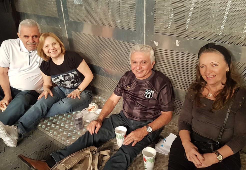 Vilter Magalhães (no centro) viajou com um grupo de amigos do Ceará para o show de Paul McCartney. (Foto: Thais Pimentel/G1)