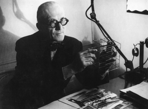 Swiss-born French architect Charles Edouard Jeanneret, assumed name of Le Corbusier (1887 - 1965) demonstrating the principle of his method in flat construction.   (Photo by Felix Man/Getty Images) (Foto: Getty Images)