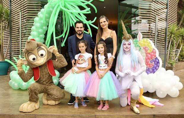 Luciano Camargo e  Flávia Fonseca com as filhas, Isabella e Helena (Foto: Manuela Scarpa/Brazil News)