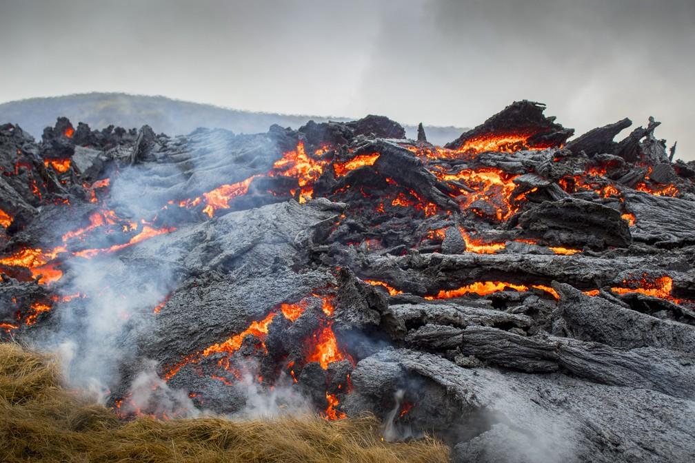 Lava de erupção de um vulcão na Península de Reykjanes, no sudoeste da Islândia, no sábado (20) — Foto: Marco Di Marco/AP