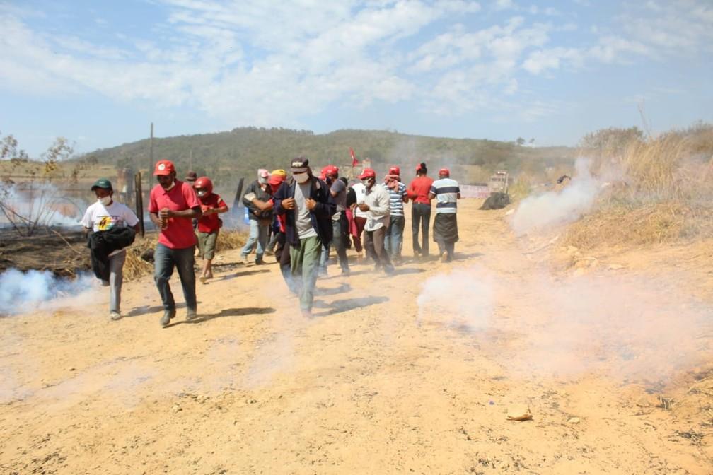 PM admite ter jogado bombas contra famílias do MST durante reintegração em área de usina em MG — Foto: Divulgação/MST