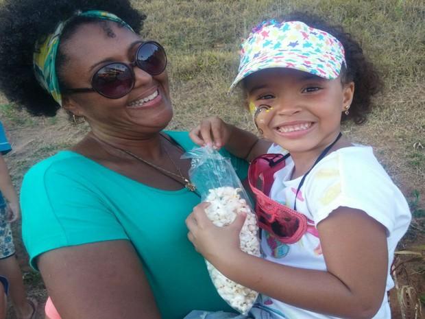 Pequena Nina foi curtir com a mãe o pré-carnaval da Ondina à Barra (Foto: Juliana Almirante/ G1)
