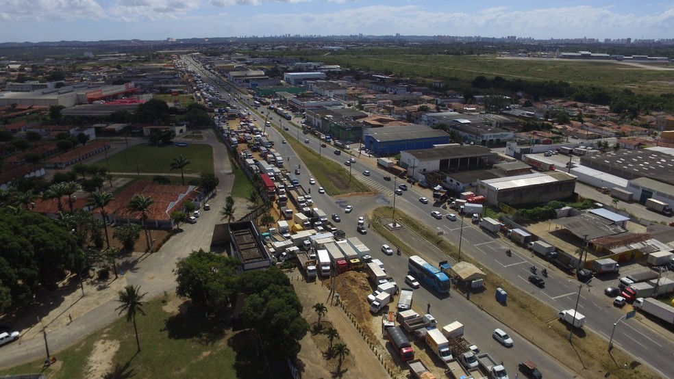 Na BR-101, em Parnamirim, caminhoneiros permanecem mobilizados (Foto: Kléber Teixeira/Inter TV Cabugi)