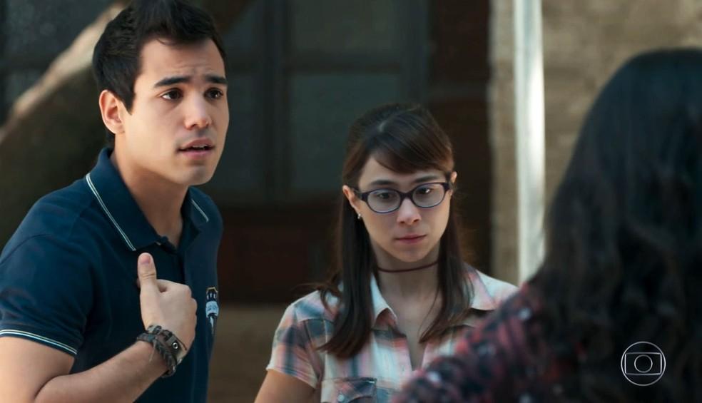 Guto (bruno Gadiol) defende Benê (Daphne Bozaski) em 'Malhação - Viva a Diferença' — Foto: Globo