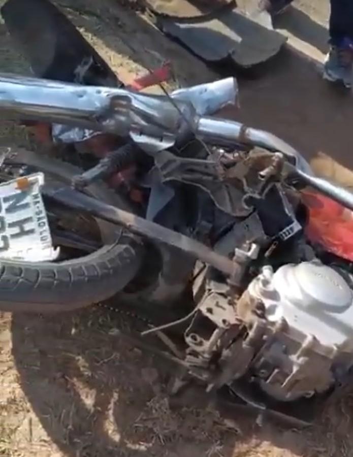 Motocicleta envolvida em acidente na Avenida dos Africanos ficou completamente destruída. — Foto: Reprodução/Redes Sociais