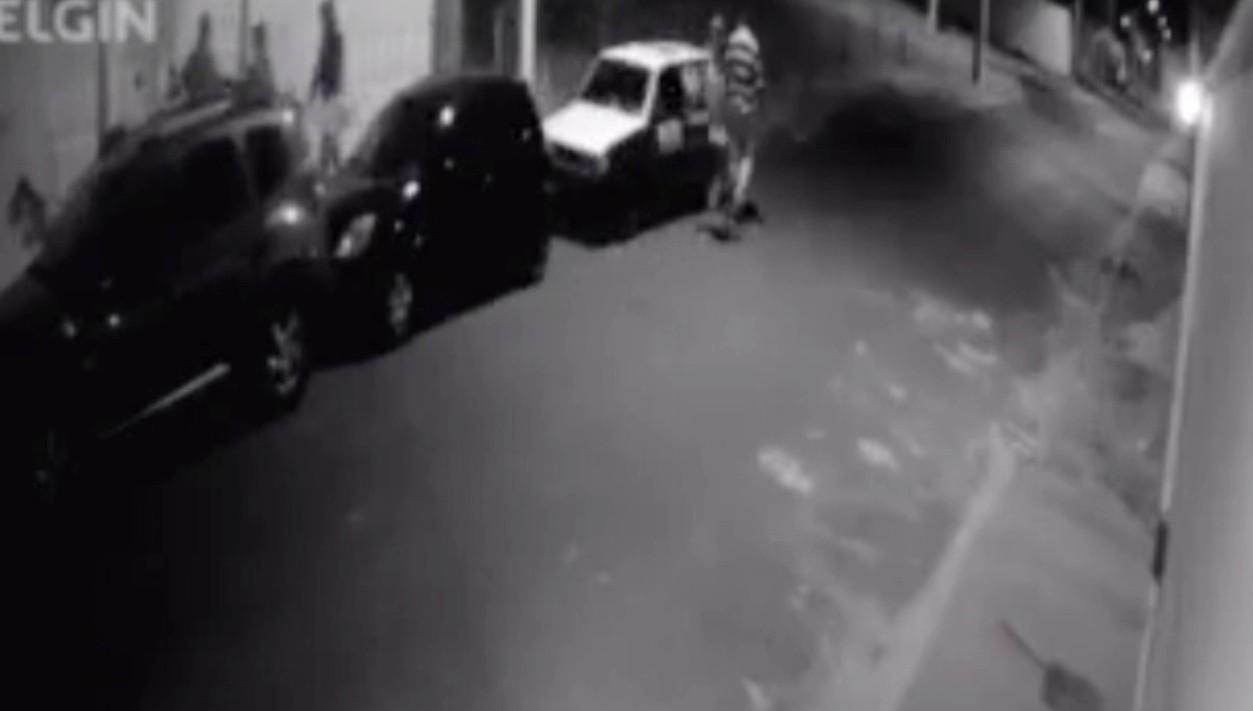 Câmeras de segurança registram família sendo assaltada em Uberlândia
