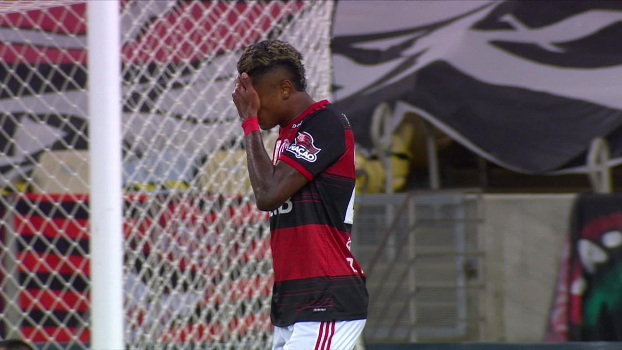 Bruno Henrique recebe, fica cara a cara com Wilson e chuta para fora, aos 24 do 1º tempo