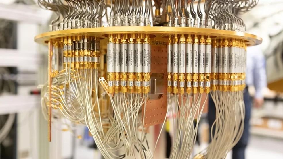 Linhas que transmitem sinais eletromagnéticos para controlar a computação e ler dados dos qubits — Foto: Reprodução/Stephen Shankland/CNET