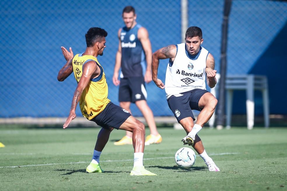 Pinares e Rodrigues em treino do Grêmio — Foto: Lucas Uebel/Grêmio
