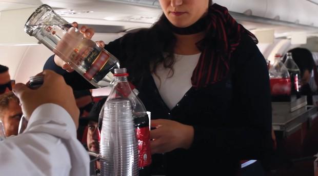 Avião do Juca Na Balada serve vodca em voo fretado open bar (Foto: Divulgação)