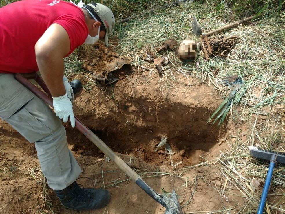 Ossada foi achada em local onde suspeitos realizavam rituais macabros, diz polícia (Foto: Corpo de Bombeiros/Divulgação)