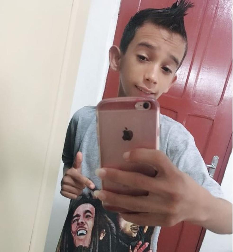 Adolescente foi morto com uma facada no peito em Cruzeiro do Sul  (Foto: Arquivo da família )