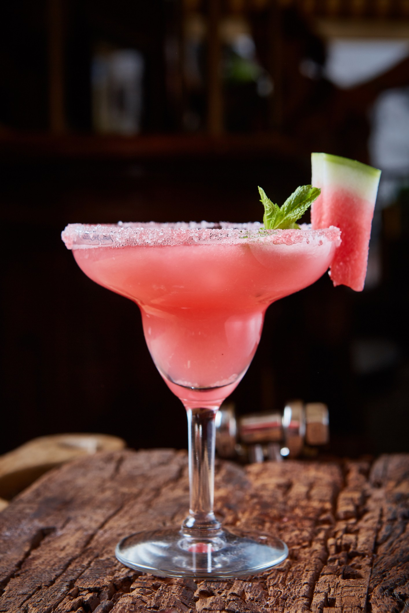 Watermelon frozen cocktail with copy space on wooden background (Foto: Getty Images/iStockphoto)