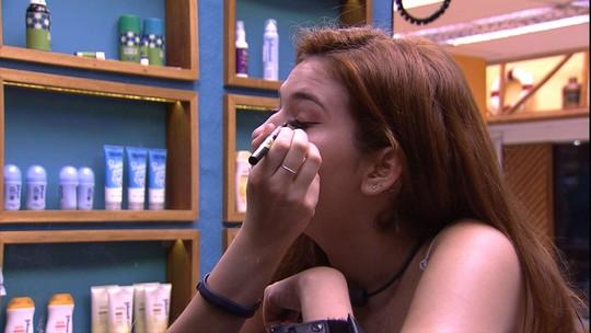 Ana Clara faz maquiagem em noite de Final