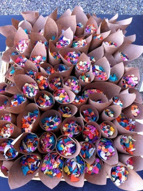 Sem confete, um bailinho de carnaval parece uma festa comum. Deixe tudo pronto para usar com a pista de dança cheia de gente (Foto: Pinterest/Reprodução )