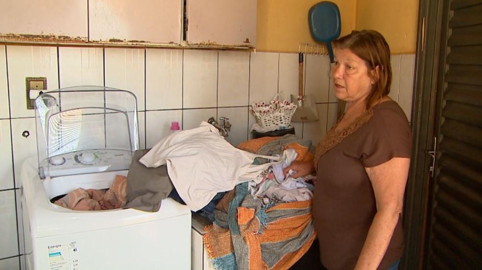 A dona de casa Silvia Fernandes acumula roupas no tanque de casa em Brodowski, SP (Foto: Ronaldo Gomes/EPTV)