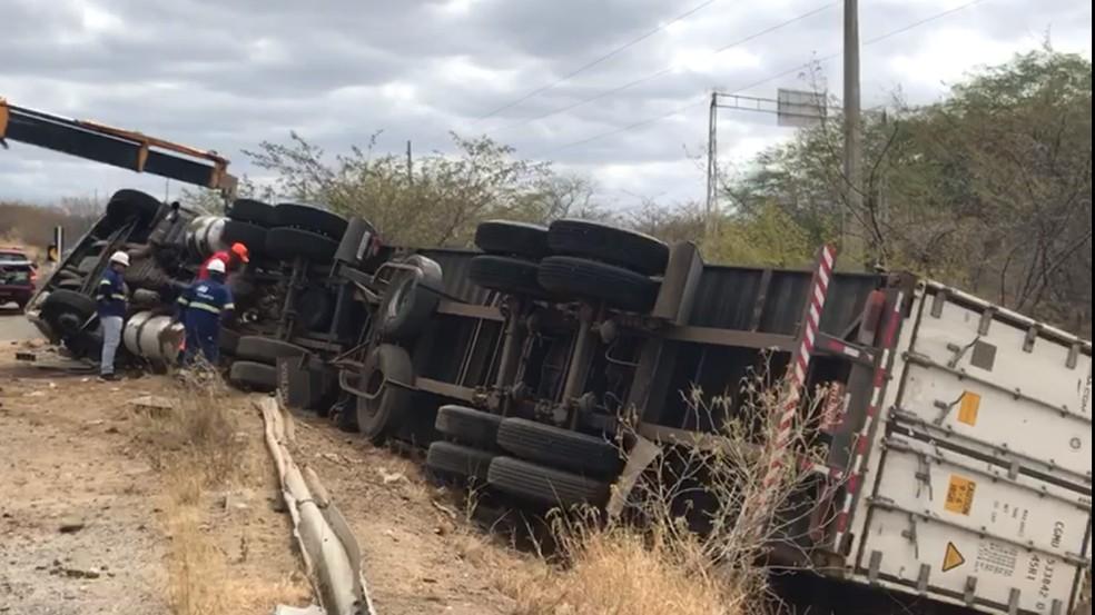 Duas pessoas morreram após carreta virar na BR-427 no Seridó potiguar — Foto: Geraldo Jerônimo/Inter TV Cabugi