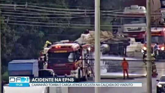 'Pensei que ia morrer', diz ciclista atingido por carga de caminhão no DF