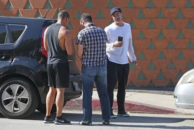 Brad Pitt se envolve em acidente com outros dois carros  (Foto: The Grosby Group)