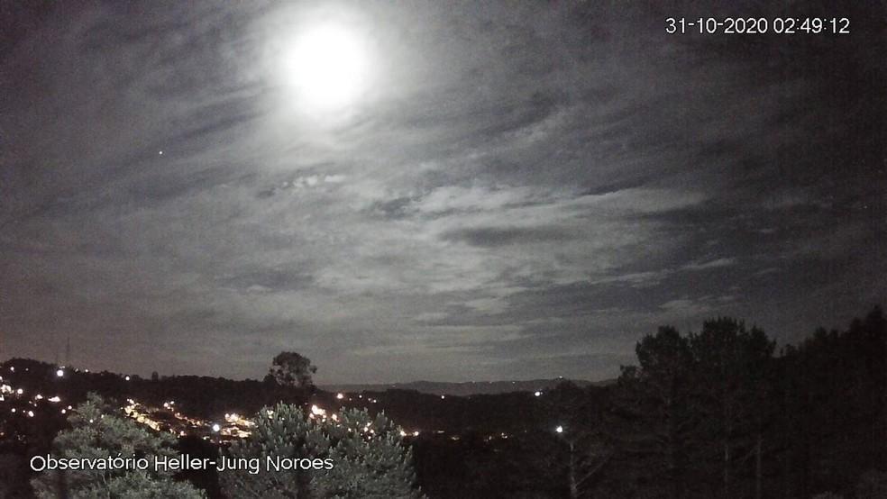 Luminosidade do fenômeno fez com que a madrugada tivesse claridade — Foto: Divulgação/Observatório Heller & Jung