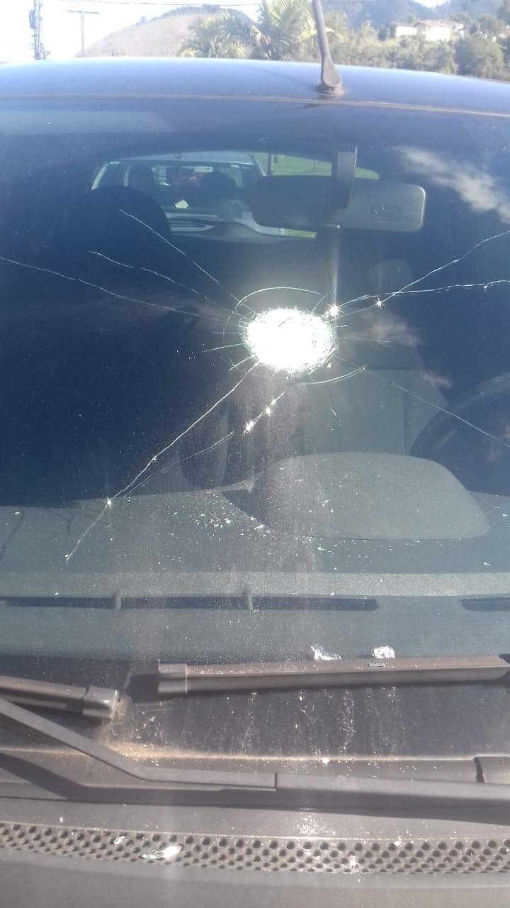 Disparos entre policiais e criminosos atingem carros na BR-101, em Angra, RJ - Radio Evangelho Gospel