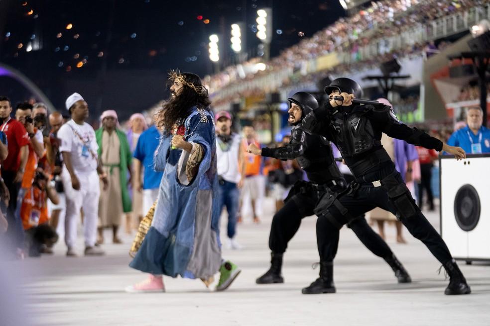 Comissão de frente da Mangueira mostrou Jesus em baile funk e sendo agredido pela polícia — Foto: Marcelo Brandt/G1