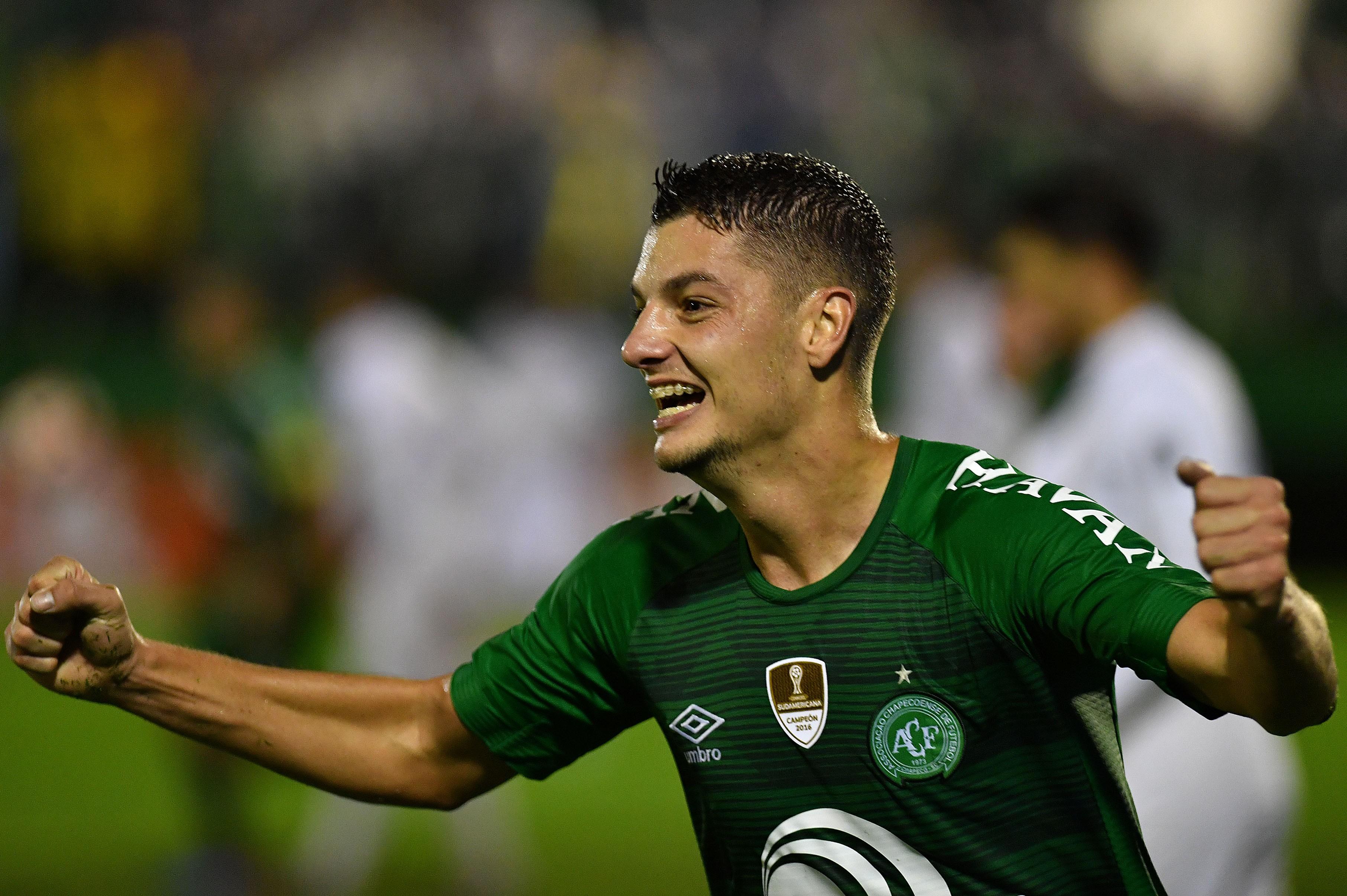 Andrei Girotto comemora um gol pela Chape na Libertadores