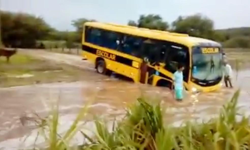 Motorista ignorou a força da correnteza e tentou atravessar o riacho mesmo assim (Foto: Reprodução/Vídeo)