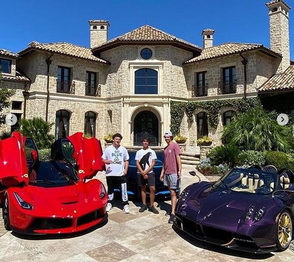 O youtuber adolescente Gage Gillean com amigos em meio aos carros de sua coleção (Foto: Instagram)