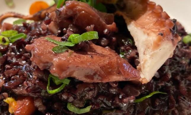 Arroz negro com frutos do mar no La Villa