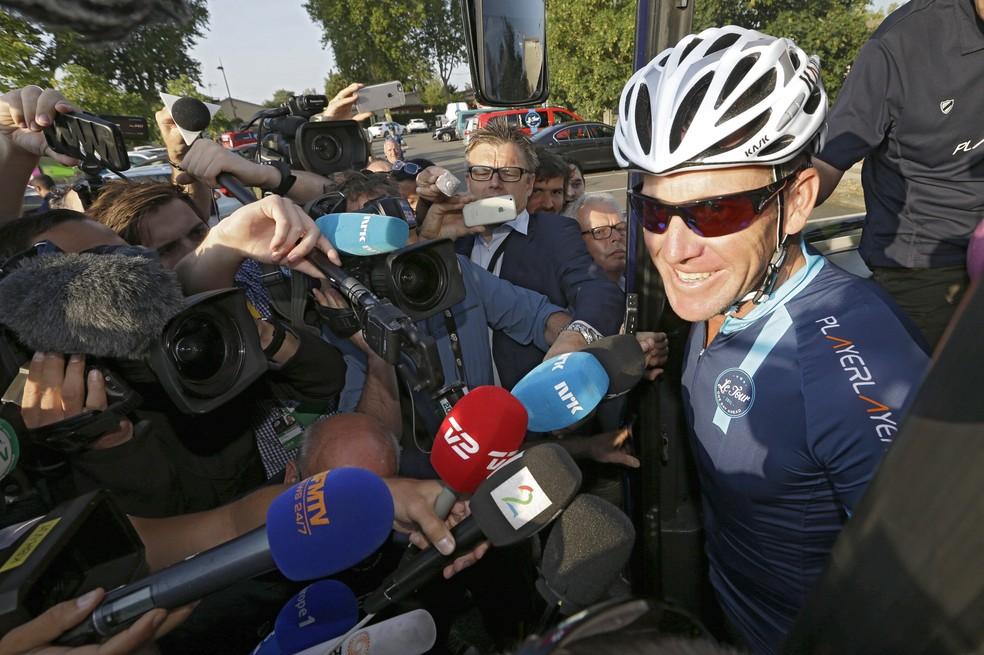Lance Armstrong enfrentou vários tipos de câncer, inclusive nos testículos (Foto: AP )
