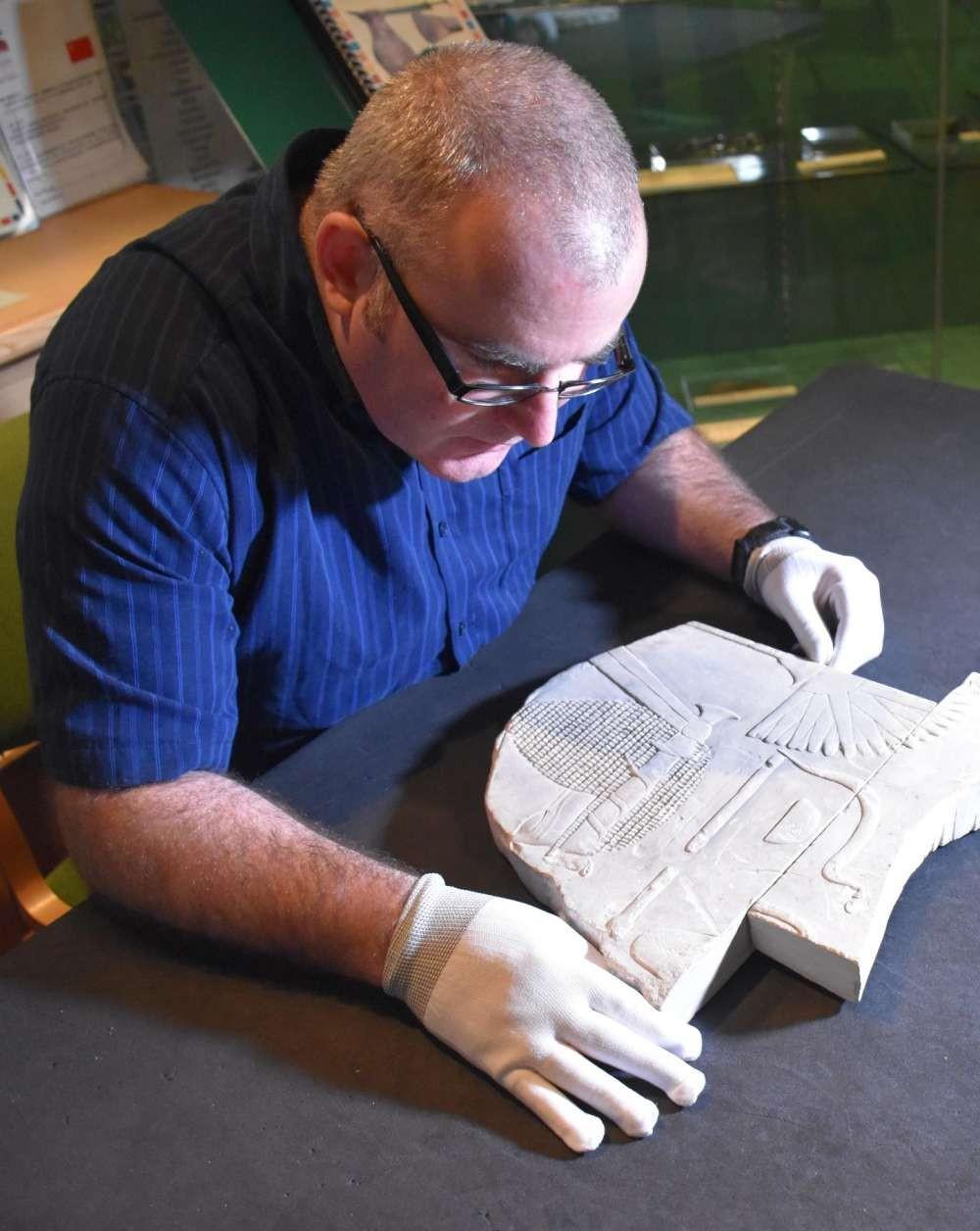 O pesquisador Ken Griffin trabalha na reconstrução do artefato (Foto: Swansea University)