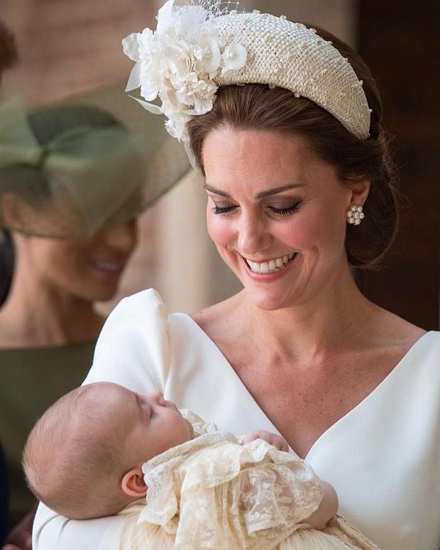 Kate Middleton sorri para o caçula, príncipe Louis, durante batizado (Foto: Reprodução/Instagram)