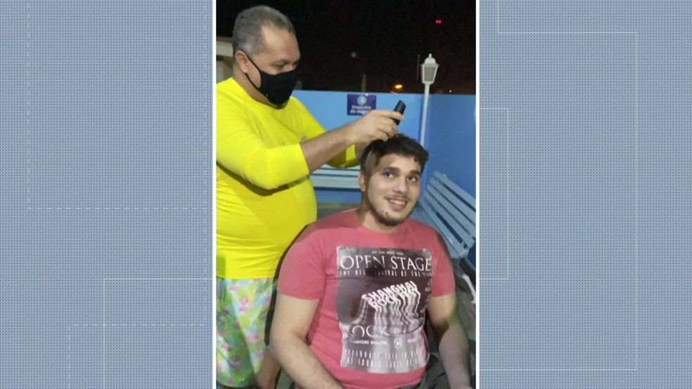 Carlos Eduardo Maciel teve o cabelo raspado ao ser aprovado no primeiro vestibular — Foto: Reprodução/TV Globo