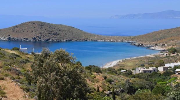 Essa é a vista do abrigo, que fica na ilha de Syros (Foto: Reprodução)