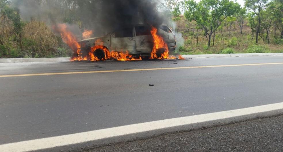 Carro foi incendiado e usado para bloquear pista (Foto: Divulgação)
