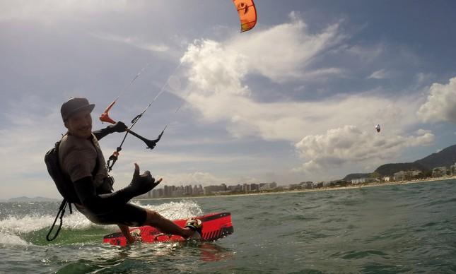 O instrutor de kitesurf Bento Pires durante aula de kite